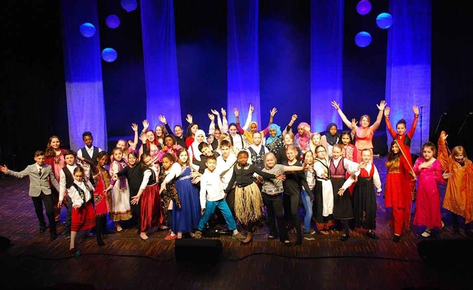 fe828f3f Flere Farger Halden er en flerkulturell konsert som består av unge  Haldensere fra hele verden. Flere Farger har en tro på at mennesker kan  møtes som ...