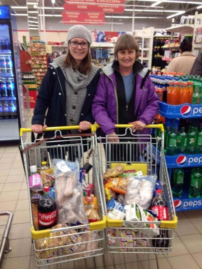 Marian og Marianne i det store, flotte supermarkedet og handler mat påskemat og dagligvarer til de fattige familiene vi følger opp.